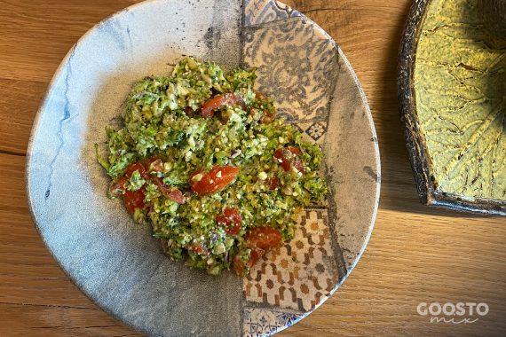Salată de broccoli cu avocado, roșii și nuci