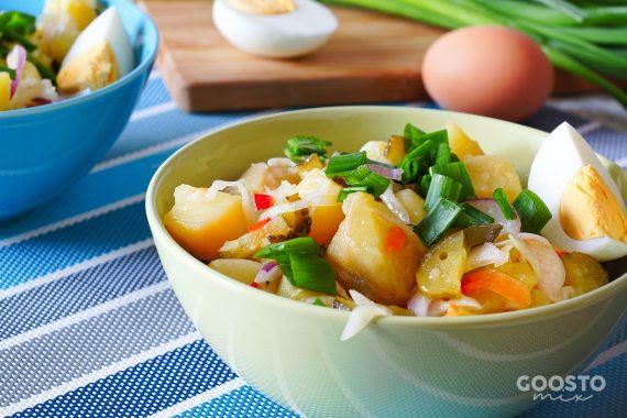Salată orientală cu cartofi și ouă la abur