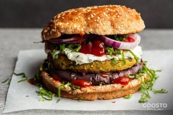 Burger vegetal cu sos remoulade și ceapă caramelizată la Thermomix