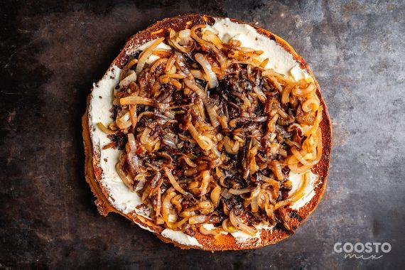 Pizza cu brânză de capră și ceapă caramelizată