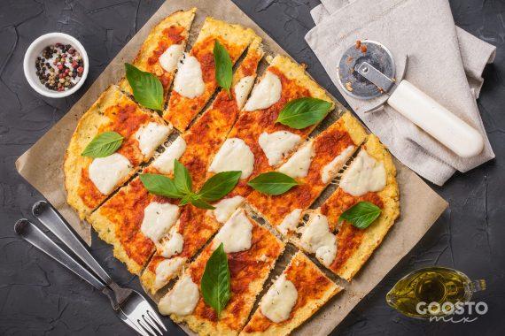 Pizza rapidă cu mozzarella pe blat de conopidă