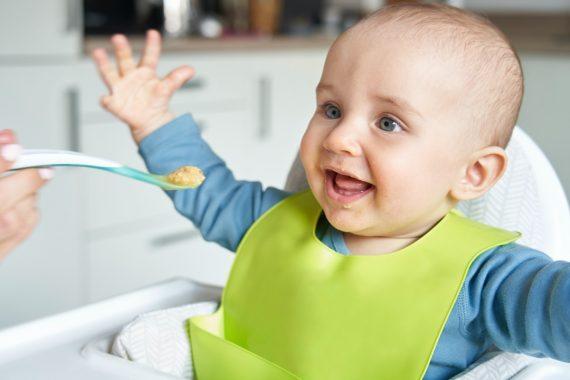 Apă neutră cu pH 7, curată, filtrată, ideală pentru bebeluși