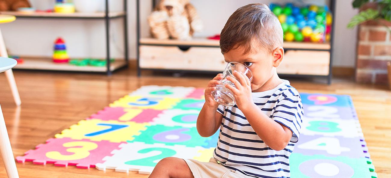 Hidratarea la copii: câtă și ce fel de apă trebuie să bea