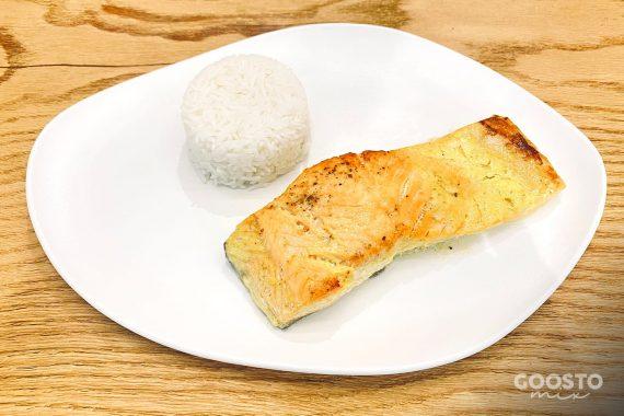Somon cu sos de șofran și orez la abur