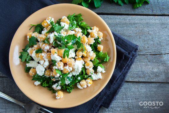 Salată cu năut și brânză