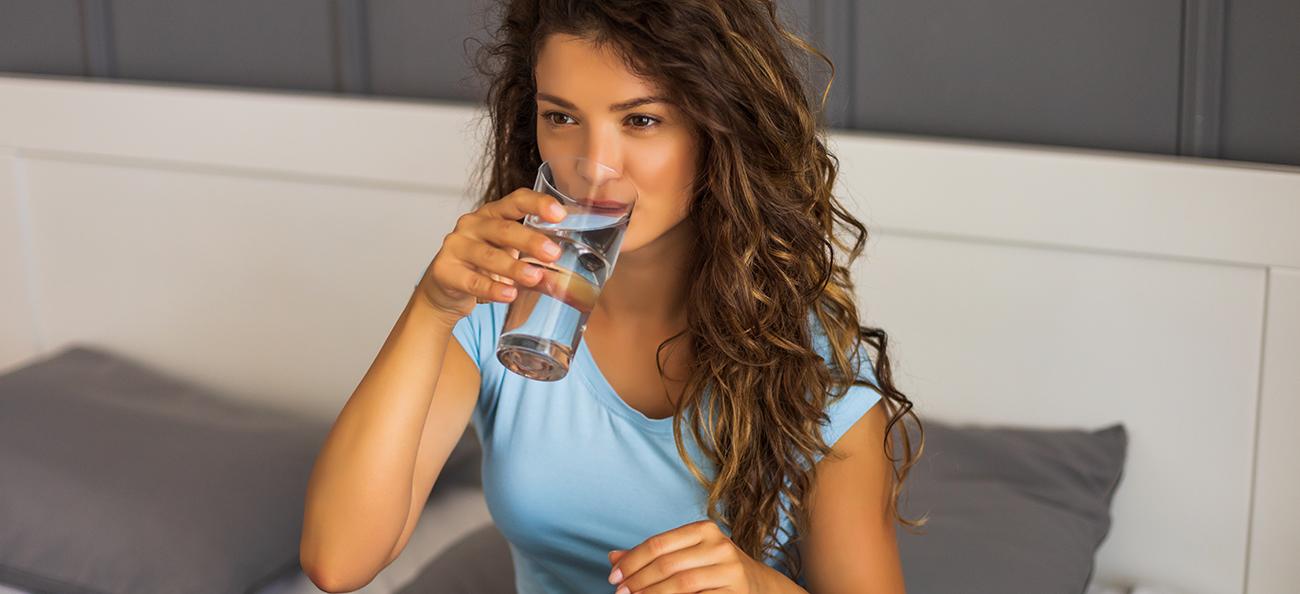 Bei prea puțină apă? Iată 10 metode care te vor ajuta să bei mai multă!
